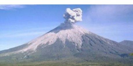 Gunung Semeru Meletus Luncurkan Awan Panas, Ratusan Warga Mengungsi