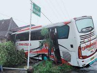 Hujan Deras, Bus Besar Nyelonong ke Rumah Warga di Magetan