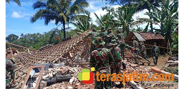 Pasca Gempa di Malang, Ratusan Personil TNI Bersihkan Puing Bangunan Yang Ambruk