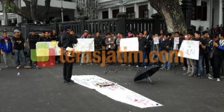 Massa Tuntut Pemprov Turun Tangan Terkait Pembunuhan Petani Lumajang