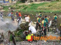 Menarmed Kostrad Bantu Warga Jodipan Malang Bersih-Bersih Sungai Brantas