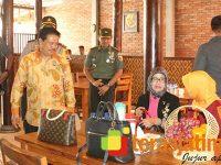 Menuju Blitar, Ibunda Jokowi Mampir Menikmati Makanan Ala Kediri