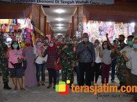 Danrem 082/CPYJ Sebar Masker di Pasar Benteng Pancasila Mojokerto
