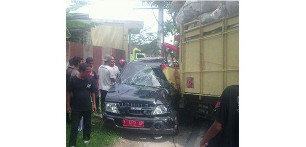 Mobil Dinas Camat Sugihwaras Bojonegoro Tabrak Truk, 2 Orang Terluka