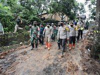 Bareng Pangdam, Kapolda Tinjau Lokasi Tanah Longsor di Ngetos Nganjuk