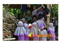 Obati Kangen Keluarga, Praka Iqbal Membaur dengan Anak-Anak di Lokasi TMMD