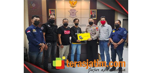 Menangi Lomba Karya Jurnalistik, Wartawan TerasJatim.com Terima Hadiah dari Kasatlantas Polrestabes Surabaya