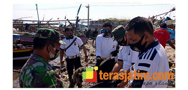 Polri Bareng TNI dan Warga, Kompak Bersih-Bersih Pantura Lamongan