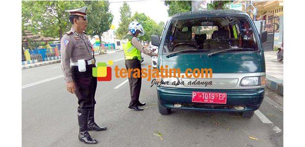 Parkir di Jalur KTL, Sebuah Mobil Dinas Milik Pemkab Situbondo Ditilang Polisi