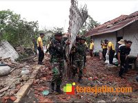 Pasca Bencana Angin Puting Beliung di Pamekasan, Aparat TNI dan Polri Gelar Karya Bhakti