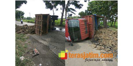 Pecah Ban, Dump Truk Bermuatan Tanah Terbalik di Plosogeneng Jombang