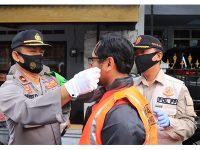 Pelanggar Prokes di Trenggalek Disanksi Kenakan Rompi Oranye dan Menyanyikan Lagu Nasional