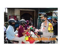 Peringati Hari Bhayangkara Ke-74, Polresta Sidoarjo Bagikan 3.000 Masker ke Pengendara