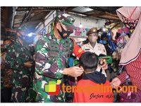 Petugas Gabungan Sebar 5.000 Masker di Pasar dan Stasiun Mojokerto