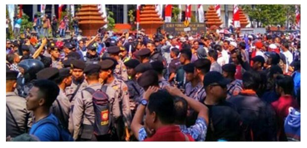 Polisi Bubarkan Massa Pro dan Kontra Aksi #2019GantiPresiden di Surabaya