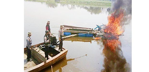 Polres Bojonegoro Tenggelamkan Peralatan Sedot Pasir Ilegal di Bengawan Solo