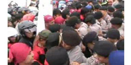 Polres Pasuruan Bubarkan Demo Ratusan Santri di Pabrik Rokok