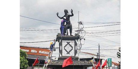 Sejumlah Patung di Ponorogo Dipersolek dengan Warna Hitam