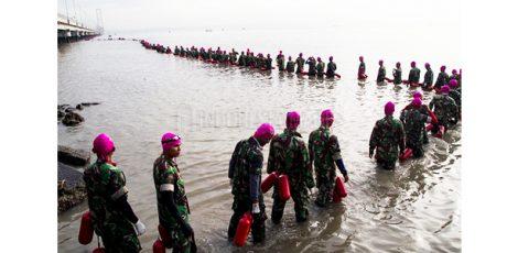 Ribuan Prajurit Marinir Taklukan Selat Madura Dengan Berenang