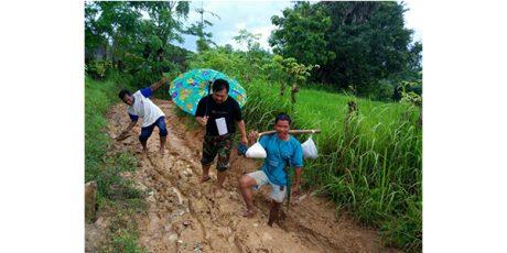 Puluhan Tahun, Warga Arjasa Pulau Kangean Lewati Jalan Berlumpur