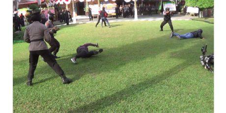 Puncak HUT Polri, Polres Blitar Kota Gelar Simulasi Penyerangan Teroris