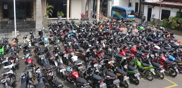 Razia Saat Sahur, Ratusan Motor Tak Dilengkapi Surat Dikandangkan di Polresta Kediri