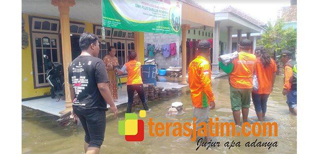 Relawan Netizen ILS, Distribusikan Sepatu Boot Pada Warga Terdampak Banjir