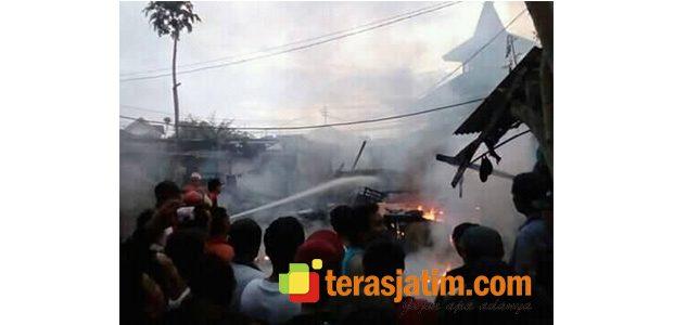 Rumah Kos Dekat Pendopo Banyuwangi Terbakar, Sebuah Mobil Hangus Dilalap Api