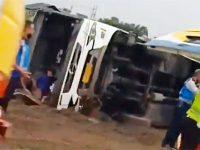 Bus Tentrem Terguling di Tol Waru Sidoarjo, 14 Orang Terluka