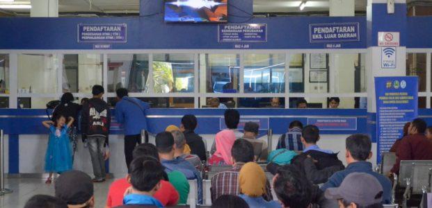 Hari Kedua Pemutihan Pajak, Samsat Malang Diserbu Warga
