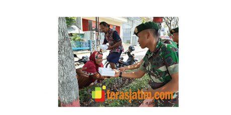 Susuri Pasar dan Terminal Ngawi, Yonarmed 12/Divif 2 Kostrad Bagikan Nasi Kotak Gratis