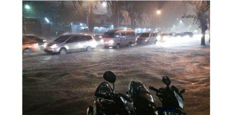 Diguyur Hujan Sejak Sore, Surabaya Kebanjiran