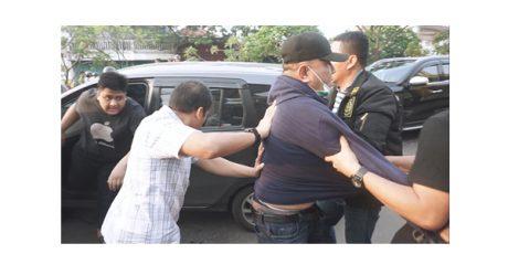 Sempat Melawan, Penangkapan Mantan Ketua DPRD Surabaya Dramatis