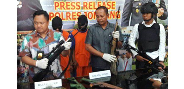 Simpan Senpi M-16 Rakitan, 2 Pria di Jombang Ditangkap Polisi