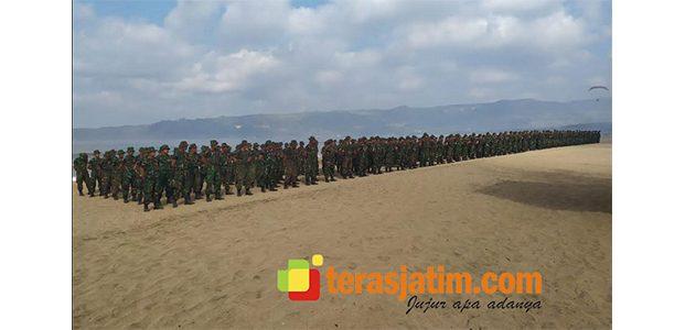 TNI dan Pemda Pacitan Gelar Aksi Bersih-Bersih di Pantai Pancer Door
