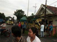 Tabrakan Beruntun, Truk Barang Masuk Teras Rumah Warga di Togogan Blitar