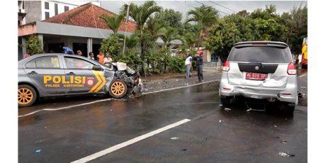 Tabrakan Beruntun, Mobil Patwal Polisi dan Mobil Dinas Plat Merah Ringsek