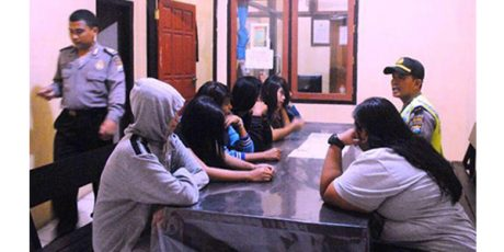 Tak Ber-KTP, 7 Wanita Berpakaian Seksi Digaruk Petugas di Warung Panjang Ketapang