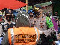 Tak Gunakan Masker, Warga di Pasar Pahing Trenggalek Terjaring Penertiban Protokol Kesehatan