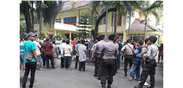 Tak Mau Digusur, Warga di Jalur KA Bojonegoro-Tuban Datangi DPRD