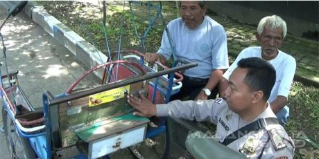 Tekan Angka Kriminalitas, Polres Kota Malang Pasang Sticker di Angkutan Umum