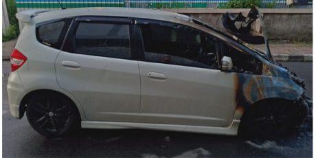 Tengah Melaju, Honda Jazz Terbakar di Jalan