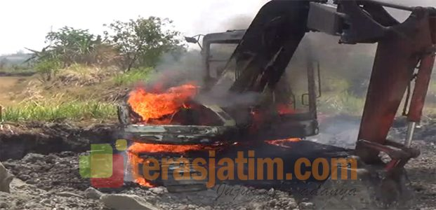 Kendaraan Alat berat Terbakar, Kerugian Ratusan Juta rupiah