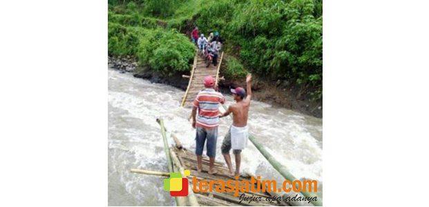 Tergerus Air, Jembatan Bambu di Situbondo Putus Saat Diseberangi Warga