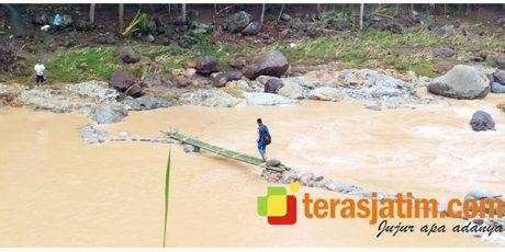 Terisolasi, Warga 2 Desa di Tegalombo Pacitan Buat Jembatan Bambu