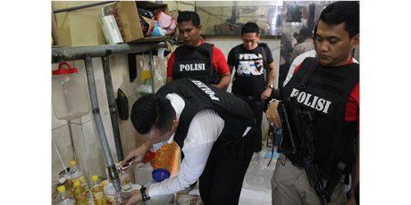 Polisi Bongkar Usaha Kemasan Minyak Goreng Curah di Surabaya