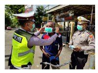 Di Tengah Kegiatan Operasi Zebra, Satlantas Polres Trenggalek Juga Bagikan Masker ke Pengguna Jalan
