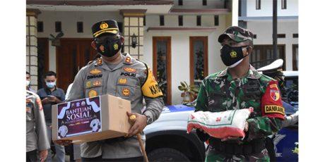 Pandemi Covid-19, TNI-Polri di Trenggalek Bagikan Sembako