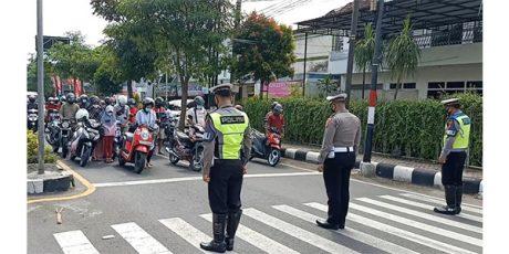 Banyak Nakes Jadi Korban Covid-19, Pengendara di Trenggalek Lakukan Doa Bersama di Jalan