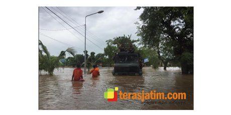 Evakuasi Warga Ngawi Yang Kebanjiran, Truk Armed 12/Kostrad Ikut 'Berenang'